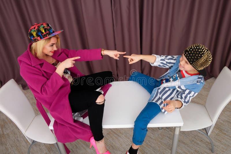 A mãe e o filho tentam sobre a roupa e o divertimento ter em casa imagem de stock royalty free