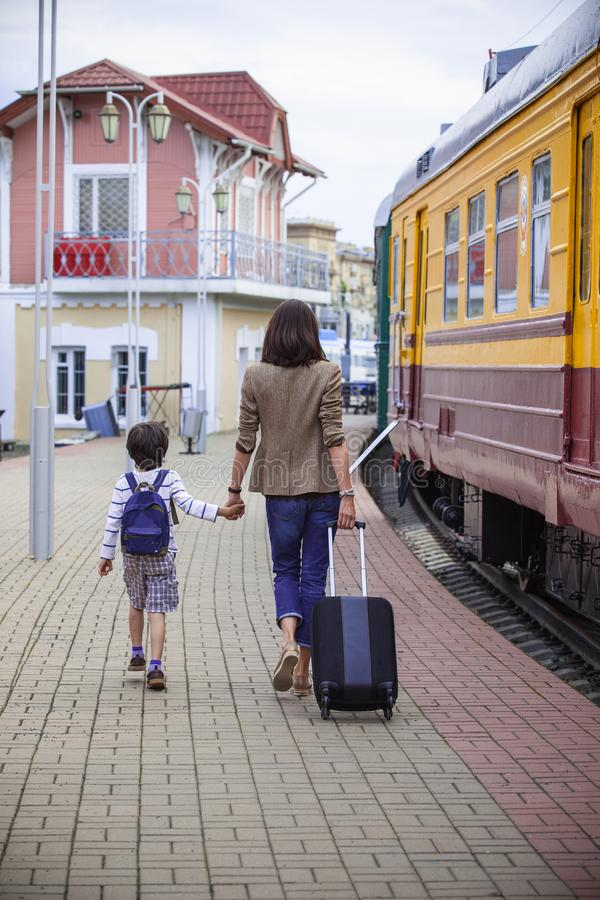 A mãe e o filho vão na plataforma do landside fotos de stock royalty free