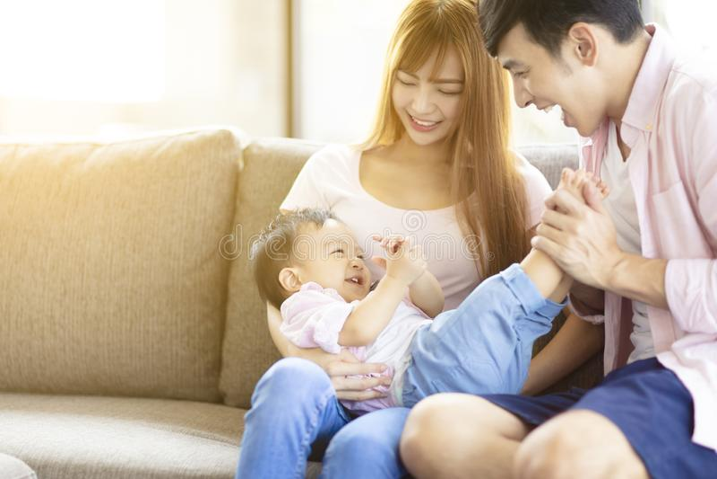mãe e pai da família que jogam com bebê em casa imagens de stock royalty free