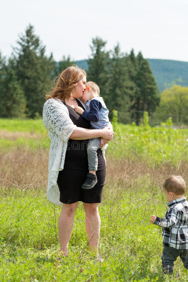 Mãe e retrato do estilo de vida de dois filhos fotografia de stock royalty free