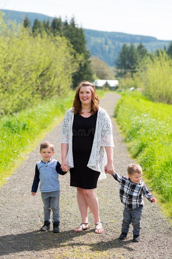 Mãe e retrato do estilo de vida de dois filhos fotos de stock