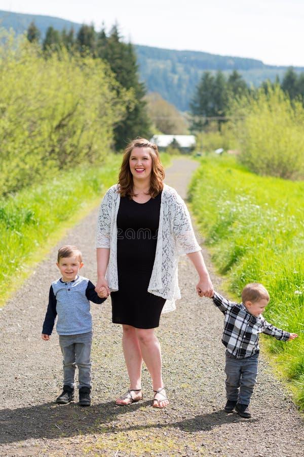 Mãe e retrato do estilo de vida de dois filhos foto de stock royalty free