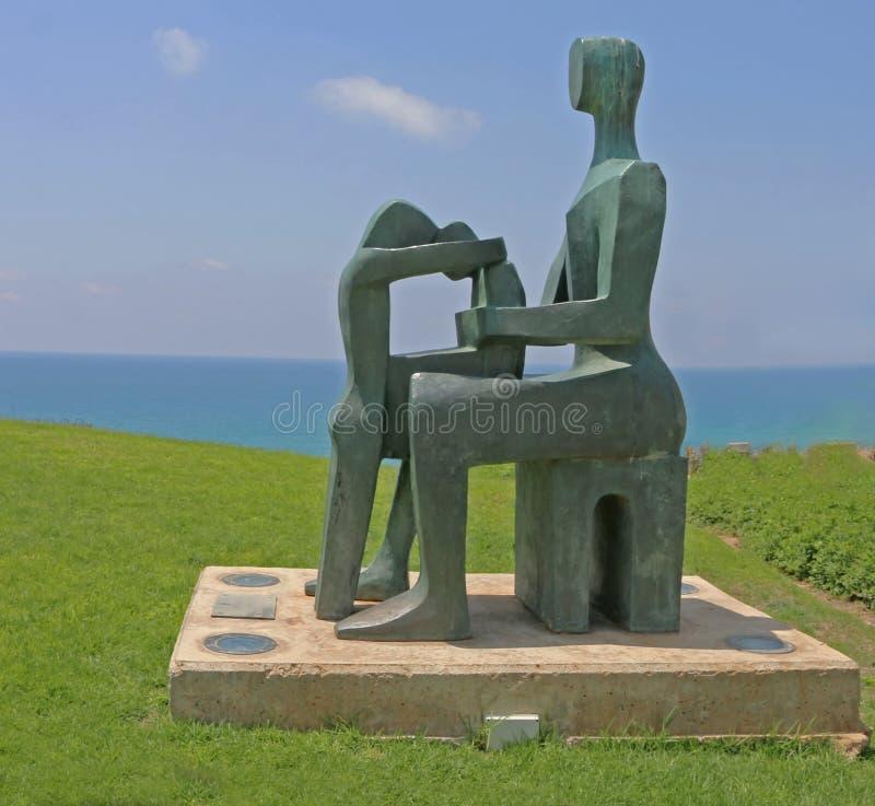 Mãe e sua escultura das crianças em Netanya imagens de stock