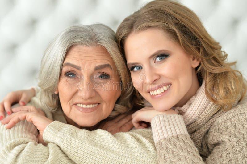 Mãe e sua filha adulta fotografia de stock royalty free