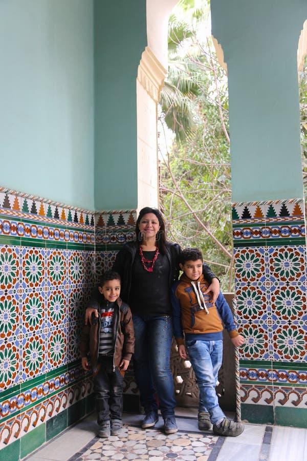 Mãe egípcia com as crianças em Fatimid o Cairo imagem de stock
