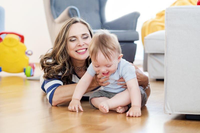 A mãe está jogando com sua criança foto de stock royalty free