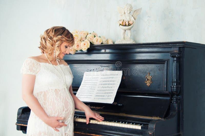 Mãe expectante em antecipação ao nascimento do bebê imagens de stock