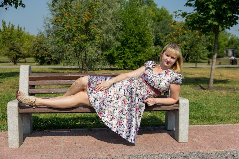Mãe expectante no parque fotografia de stock royalty free