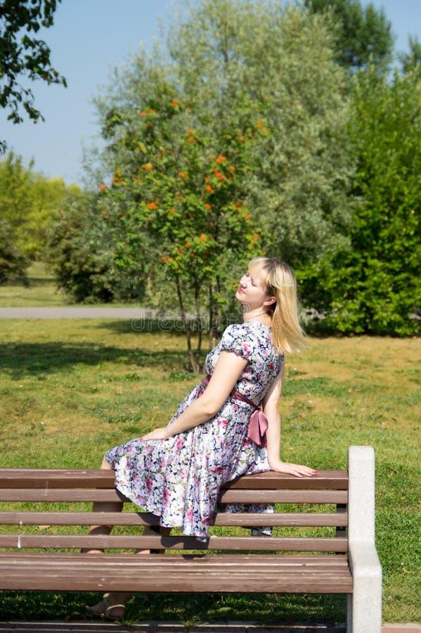 Mãe expectante no parque imagens de stock