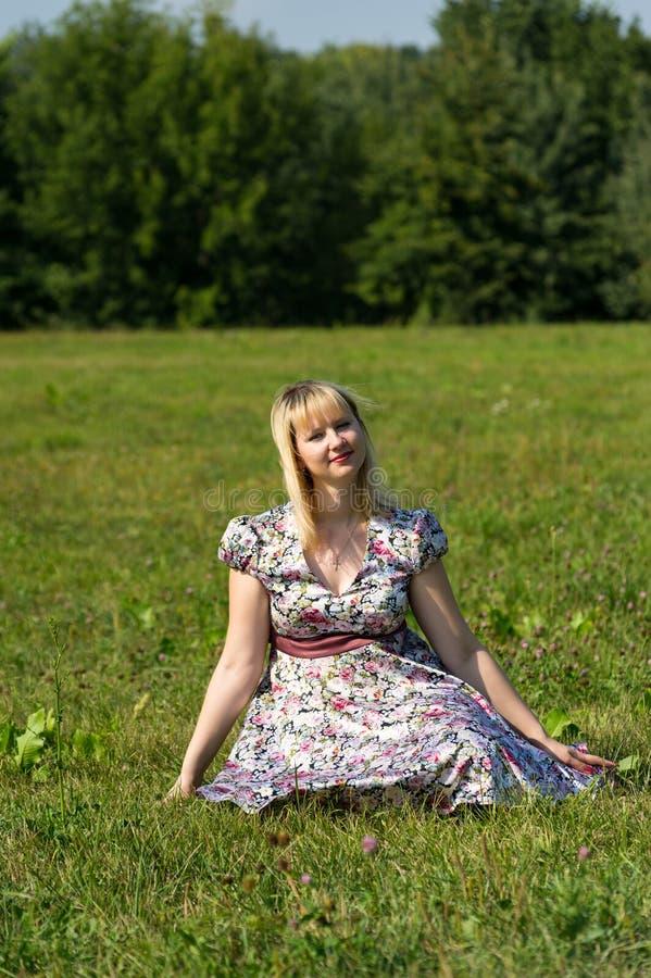 Mãe expectante no parque imagens de stock royalty free