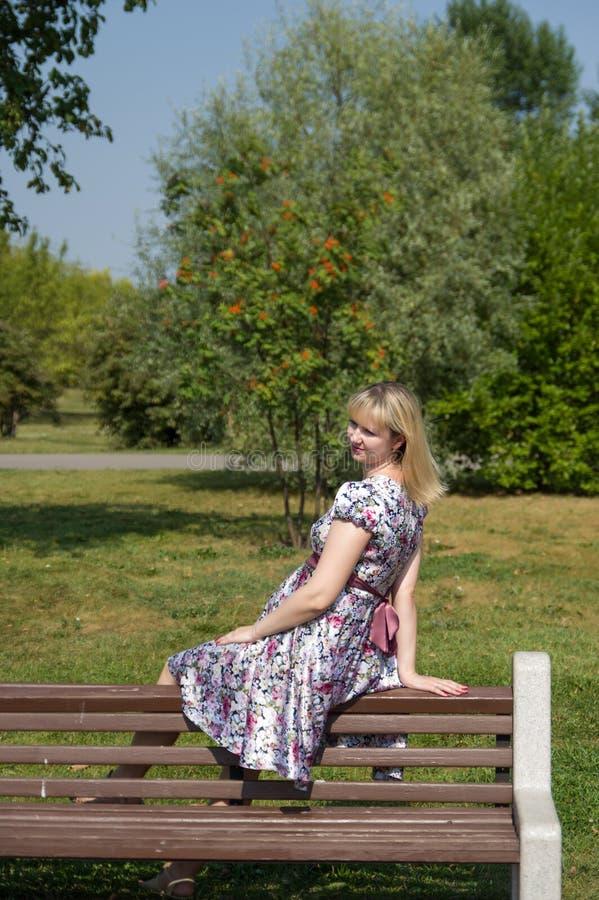 Mãe expectante no parque foto de stock royalty free