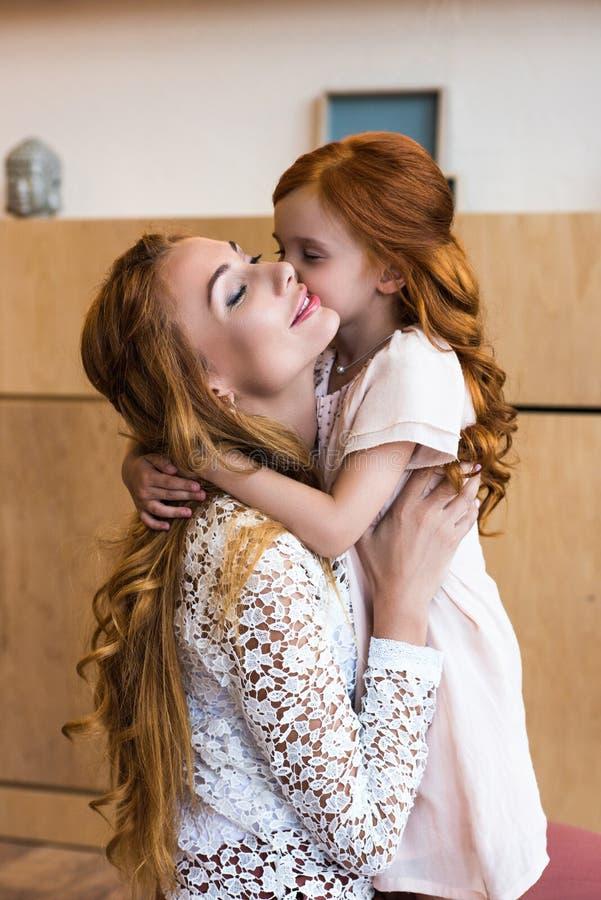 mãe feliz bonita e aperto bonito da filha do ruivo imagens de stock royalty free