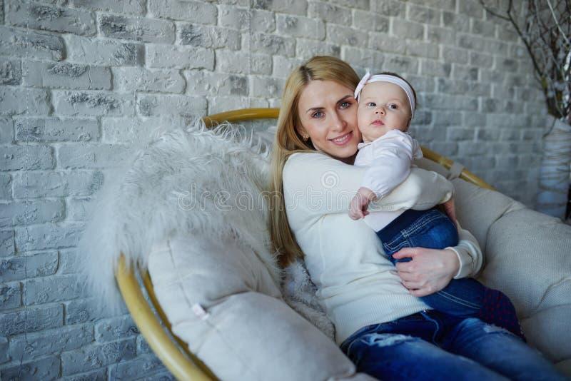 Mãe feliz com bebê bonito imagem de stock