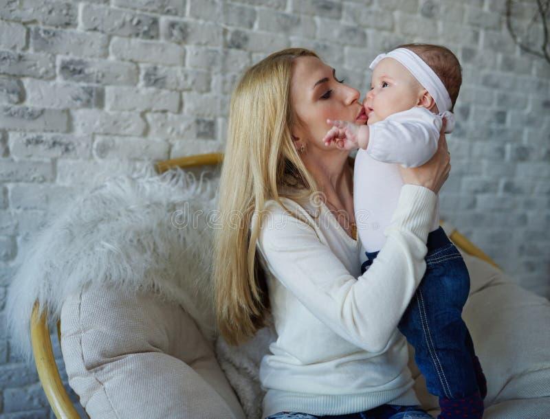Mãe feliz com bebê bonito imagem de stock royalty free