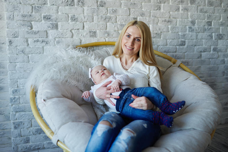 Mãe feliz com bebê bonito imagens de stock