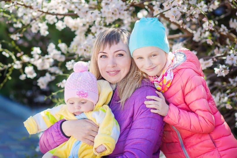 Mãe feliz com duas meninas imagens de stock royalty free