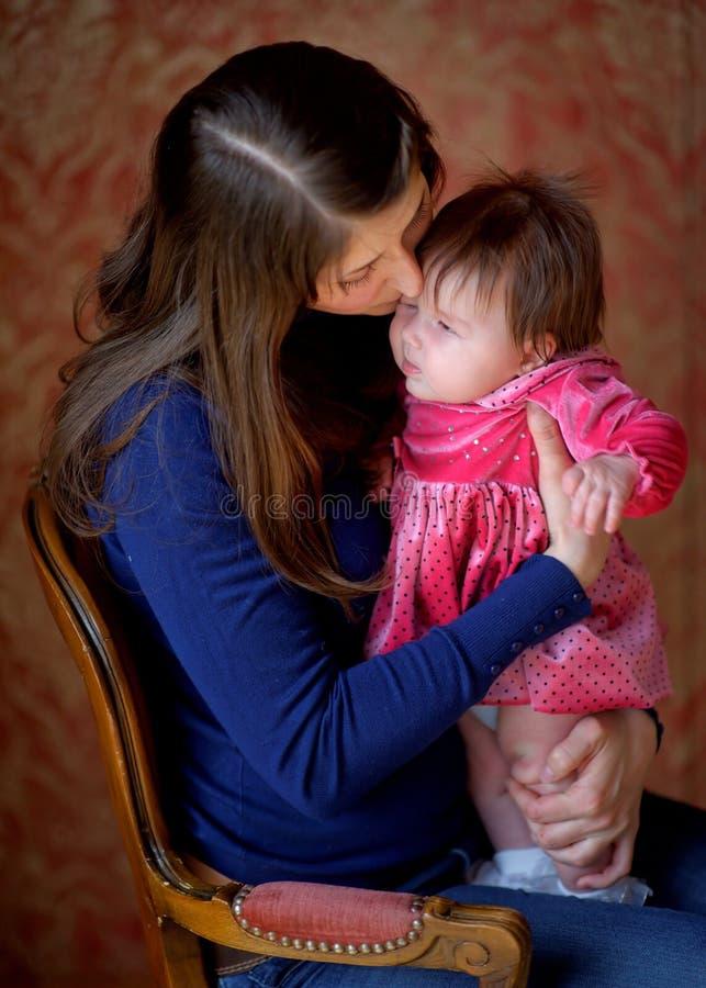 Mãe feliz com a filha recém-nascida imagem de stock