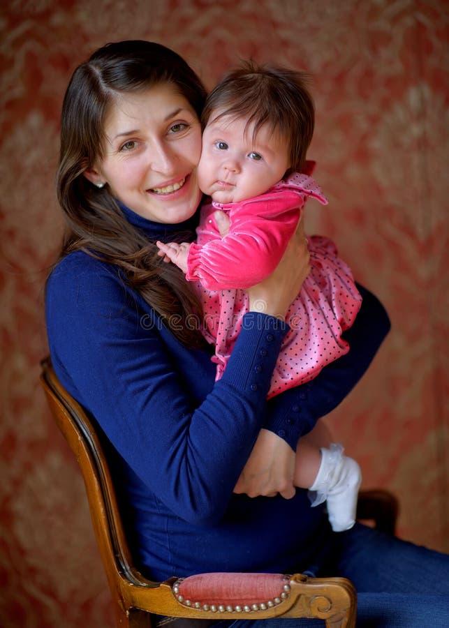 Mãe feliz com a filha recém-nascida fotos de stock