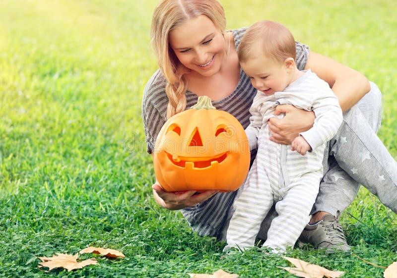 Mãe feliz com o bebê no feriado de Dia das Bruxas fotografia de stock royalty free