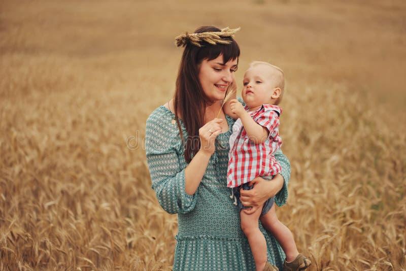 Mãe feliz com o filho no campo foto de stock royalty free