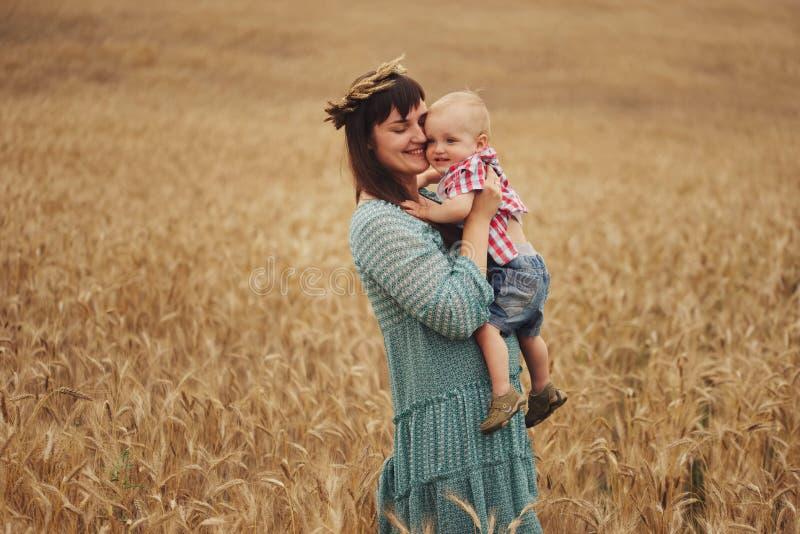 Mãe feliz com o filho no campo fotografia de stock royalty free