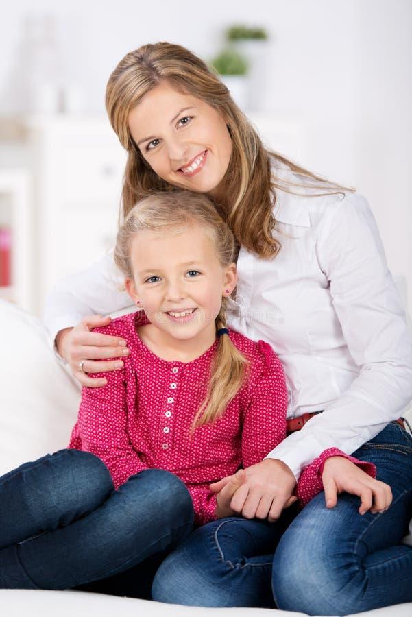 Mãe feliz com sorriso novo da filha fotografia de stock royalty free