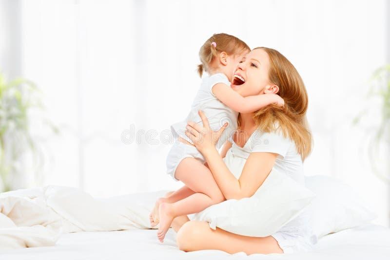 Mãe feliz da família e bebê de jogo e de riso da filha do bebê fotos de stock