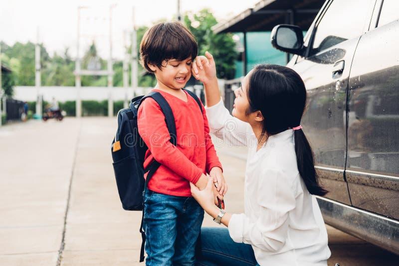 A mãe feliz da família envia a crianças o jardim de infância do menino do filho da criança ao sc imagem de stock