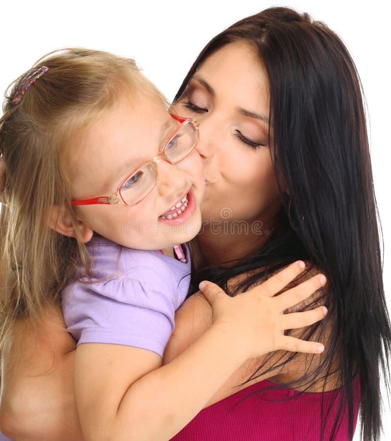 Mãe feliz da família que joga com sua filha foto de stock
