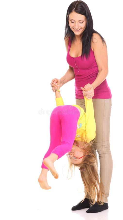 Mãe feliz da família que joga com sua filha fotos de stock