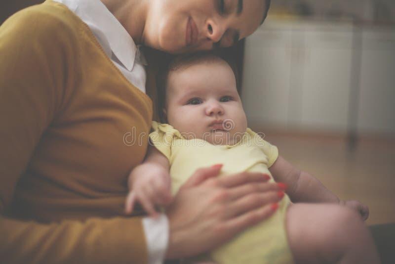 Mãe feliz da mãe que guarda seu bebê fotografia de stock royalty free