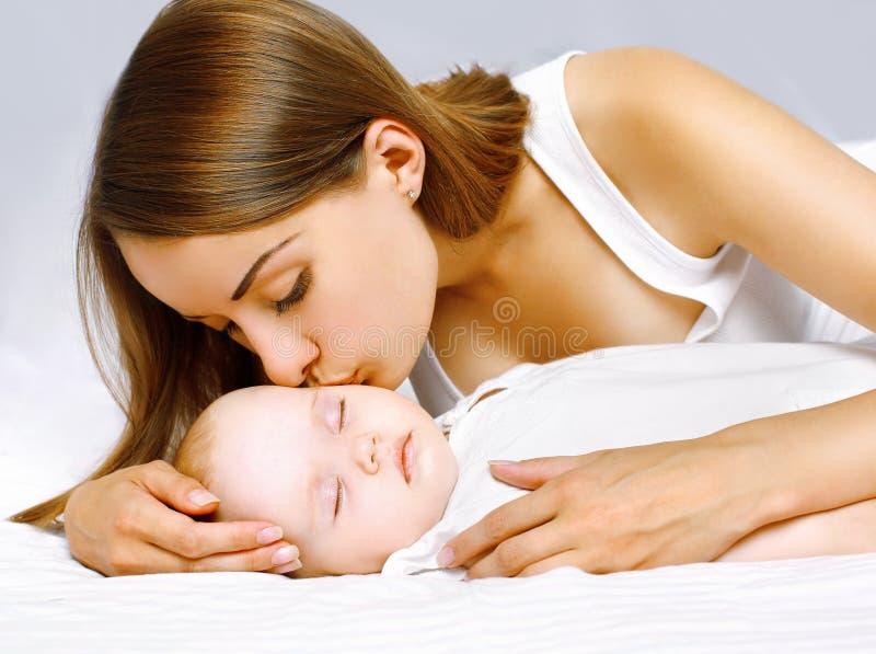 Mãe feliz e bebê de sono foto de stock royalty free