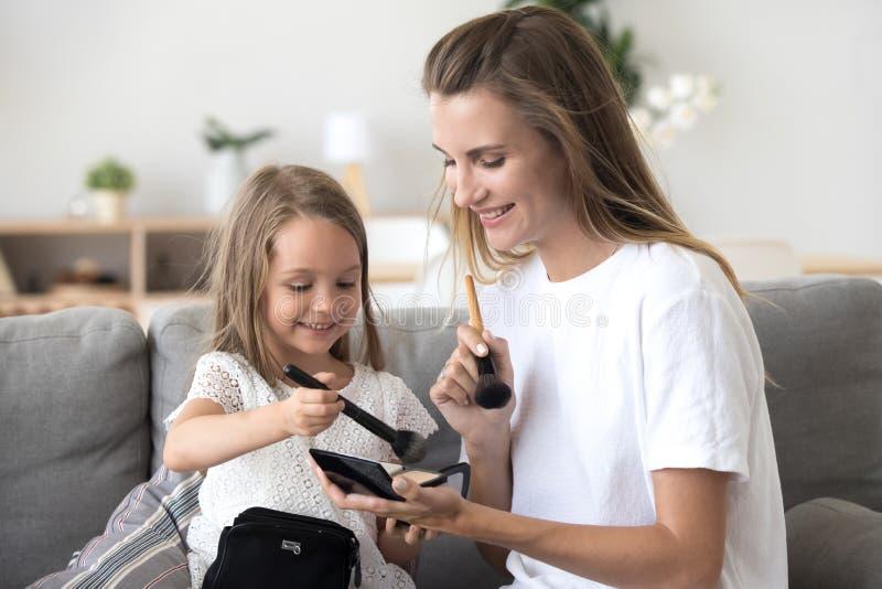Mãe feliz e criança que têm o divertimento que aprecia junto fazendo a composição imagens de stock royalty free