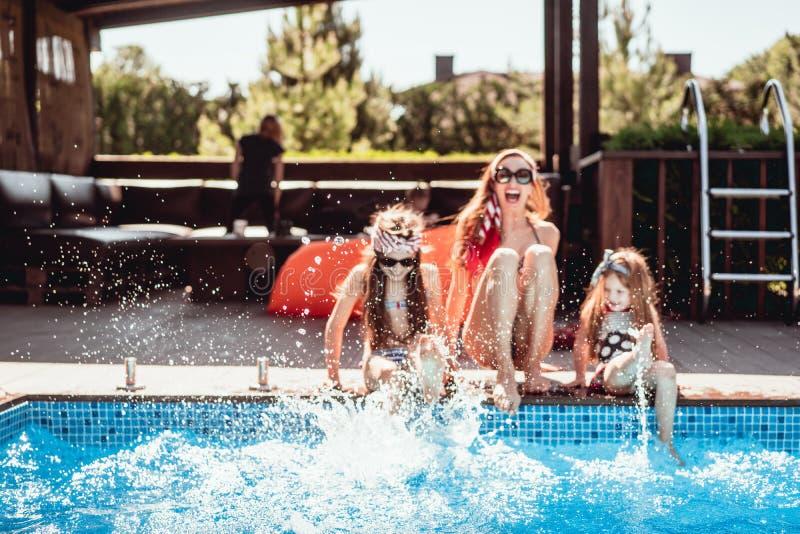 A mãe feliz e duas filhas têm o divertimento imagem de stock
