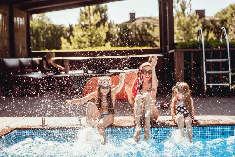 A mãe feliz e duas filhas têm o divertimento fotografia de stock royalty free