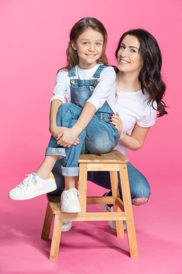 Mãe feliz e filha pequena bonito que sorriem na câmera fotos de stock