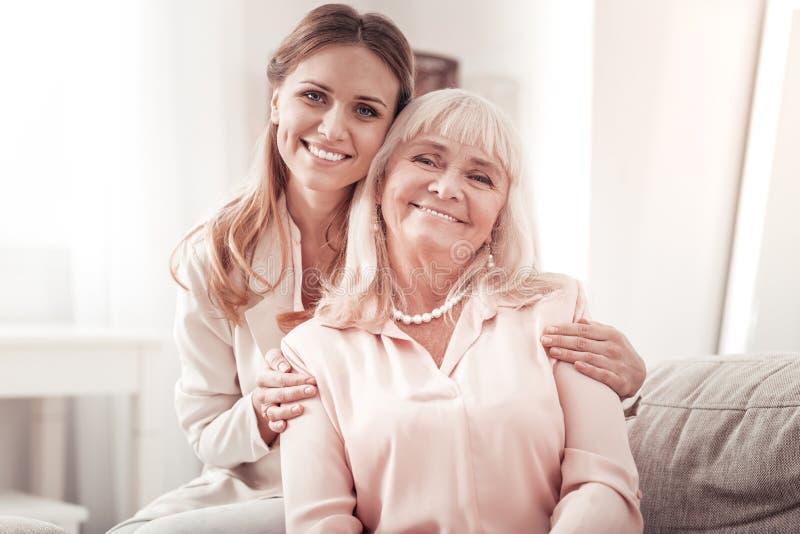 Mãe feliz e filha que levantam à câmera imagens de stock royalty free