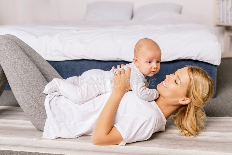 Mãe feliz e filho infantil fotografia de stock