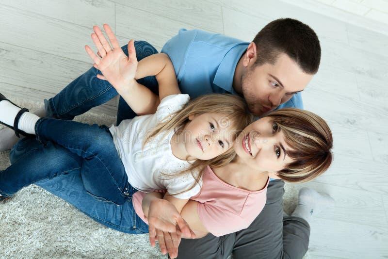 Mãe feliz e pai da família que jogam com bebê em casa Raramente vista de cima de fotos de stock