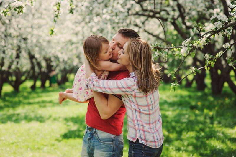 Mãe feliz e pai que jogam com a filha da criança na caminhada imagens de stock