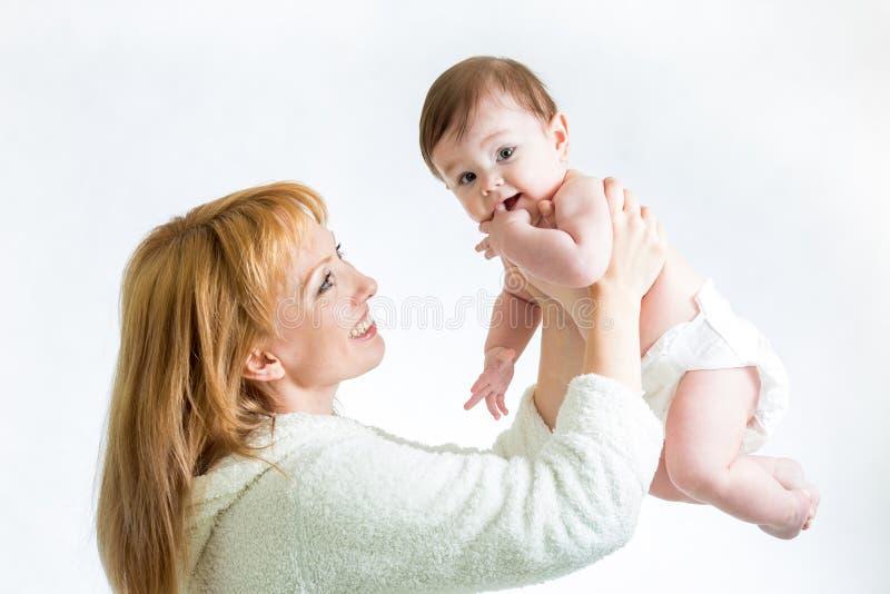 Mãe feliz e seu bebê imagens de stock
