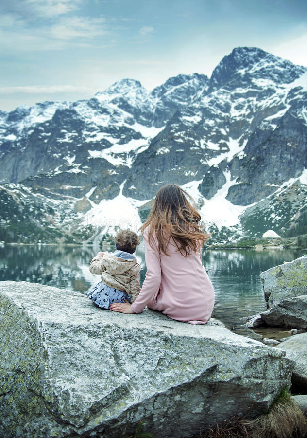 Mãe feliz e sua criança que têm o bom tempo fotografia de stock royalty free