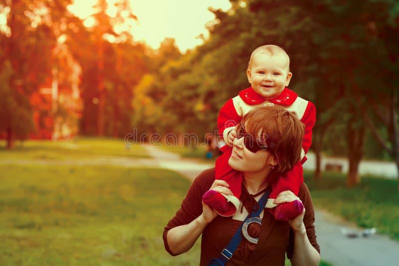 Mãe feliz nova com sua filha do bebê fotos de stock royalty free