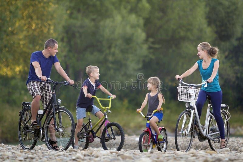 Mãe feliz nova, pai e duas crianças louras bonitos, menino e imagens de stock