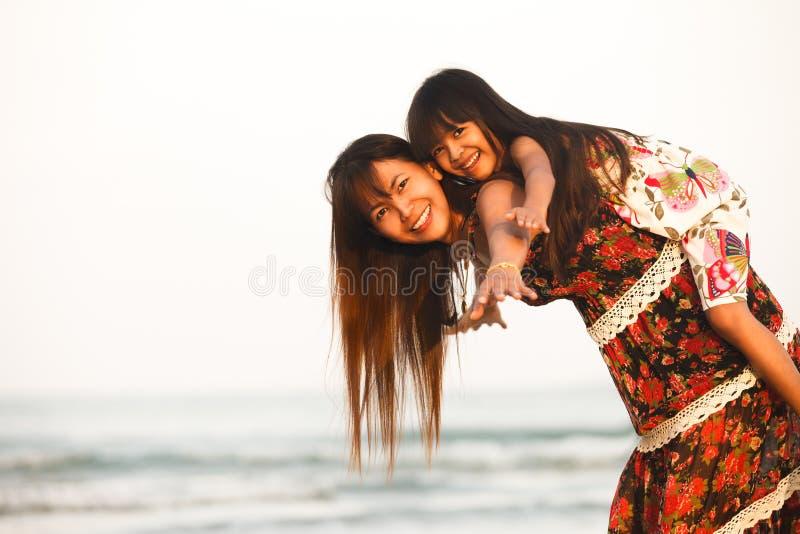Mãe feliz que guarda sua filha fotos de stock royalty free