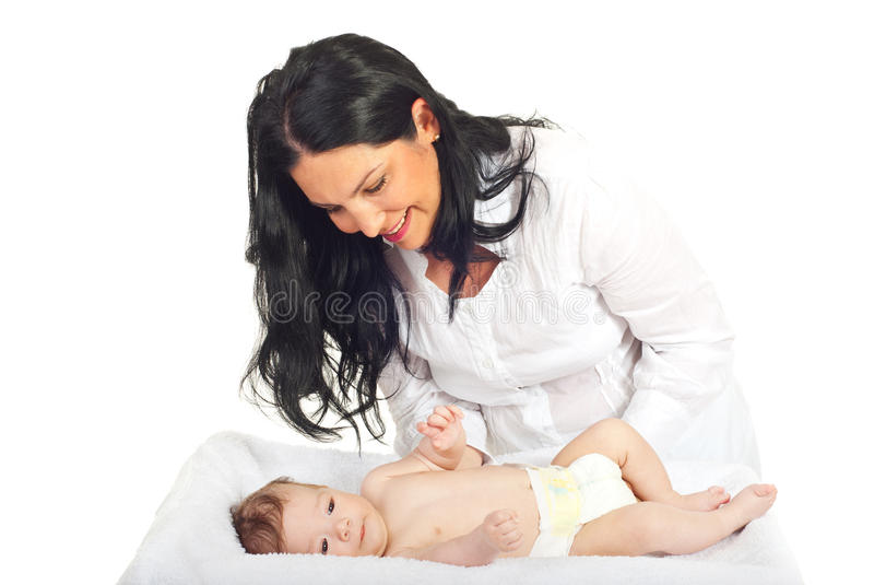Mãe feliz que importa-se o bebê recém-nascido imagens de stock royalty free
