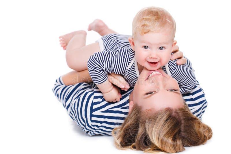 Mãe feliz que joga com seu filho pequeno imagem de stock
