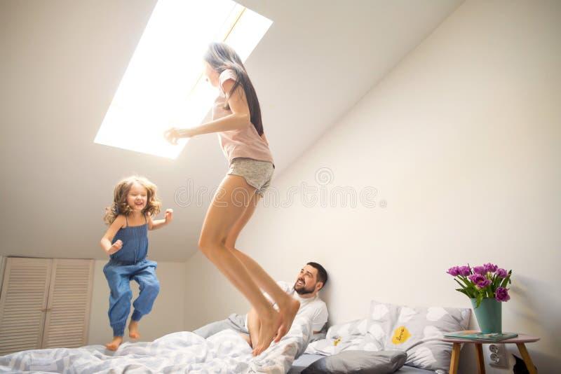 Mãe feliz que joga com sua filha em casa, dia do ` s da mãe fotografia de stock