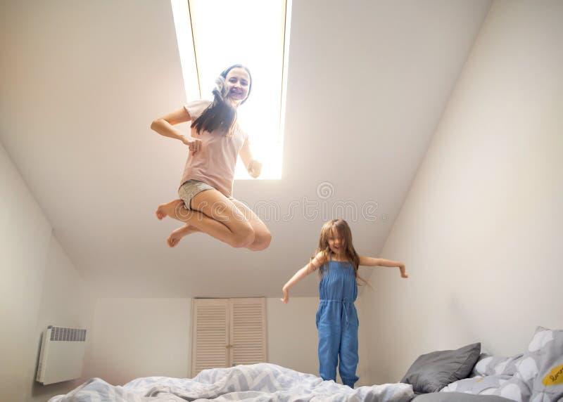 Mãe feliz que joga com sua filha em casa, dia do ` s da mãe imagens de stock