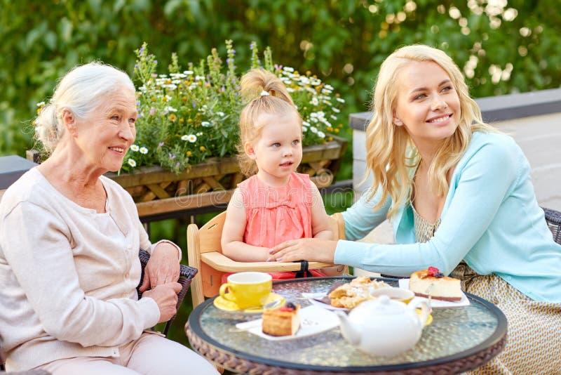 Mãe, filha e avó no café imagem de stock